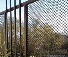 Ограда от черен метал и мрежа