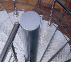 Външна стълба от неръждаема стомана и алуминиева рифелова ламарина